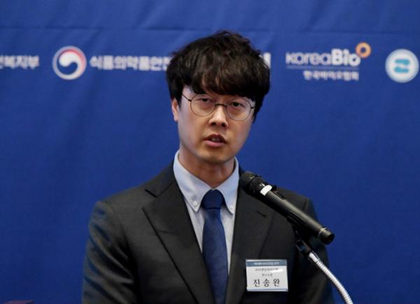 ▲진송완 티앤알바이오팹 연구소장이 21일 서울 여의도 전경련회관 컨퍼런스센터에서 열린 '이투데이 바이오포럼 2019'에서 '3D 바이오프린팅을 이용한 세포치료제 및 인공조직의 개발'을 주제로 발표하고 있다. 이투데이 미디어가 주최한 이날 행사는 오픈 이노베이션을 통해 신약 개발의 가장 큰 어려움으로 꼽히는 자본과 시간의 제약을 극복, K-바이오의 이름을 전 세계에 알리고 있는 국내 제약·바이오 업계의 현황과 성과를 유망 기업의 사례와 함께 들여다보고자 마련됐다. 신태현 기자 holjjak@