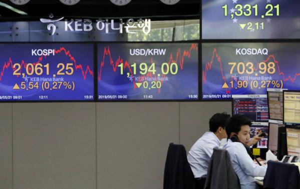 ▲코스피 지수가 전 거래일보다 5.54포인트(0.27%) 오른 2,061.25로 장을 마친 21일 서울 중구 KEB하나은행 딜링룸에서 딜러들이 업무를 보고 있다. (뉴시스)
