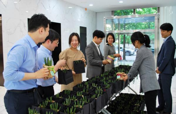 ▲삼천리가 '플라워 데이'를 시행해 임직원들에게 꽃 화분을 선물하고 있다.(사진제공=삼천리)