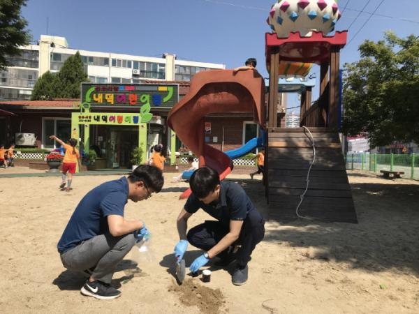 ▲한국석유관리원 석유기술연구소 연구원들이 22일 청주시립 내덕어린이집 놀이터에서 토양오염 검사를 위한 토양 시료를 채취하고 있다.(한국석유관리원)