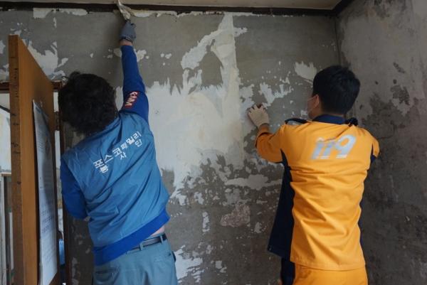 ▲포스코건설이 화재예방 주거개선 활동을 펼치고 있다.