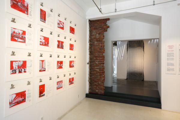 ▲이코 밀리오레의 습작 및 드로잉과 신소재 'i-Mesh'로 제작된 태피스트리가 보이는 전시장 전경.