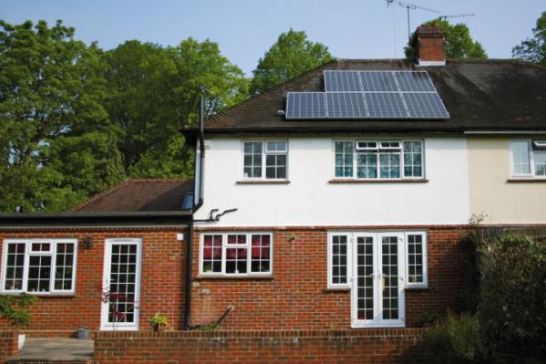 ▲영국시내에 설치된 한화큐셀의 주택용 태양광 모듈(사진제공=한화큐셀)