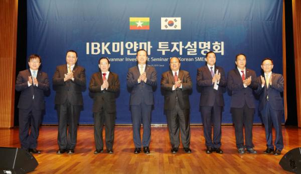 ▲김도진 기업은행장(왼쪽 네 번째), 우 따웅 툰 미얀마 대외경제투자부 장관(오른쪽 네 번째), 우 탄 신 주한미얀마대사(오른쪽 세 번째), 우 쪼 민 윈 미얀마 상공회의소 회장(왼쪽 세 번째)이 23일 서울 중구 대한상공회의소에서 열린 미얀마 투자설명회에서 기념촬영을 하고 있다.(사진제공=IBK기업은행)