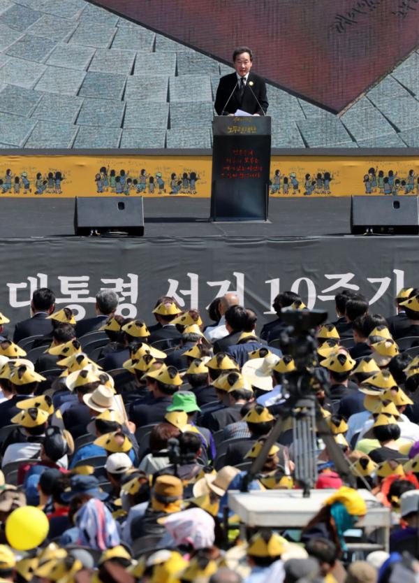 ▲23일 경남 김해 봉하마을에서 열린 故 노무현 대통령 10주기 추모식에서 이낙연 총리가 추모사를 하고 있다.(출처=뉴시스)