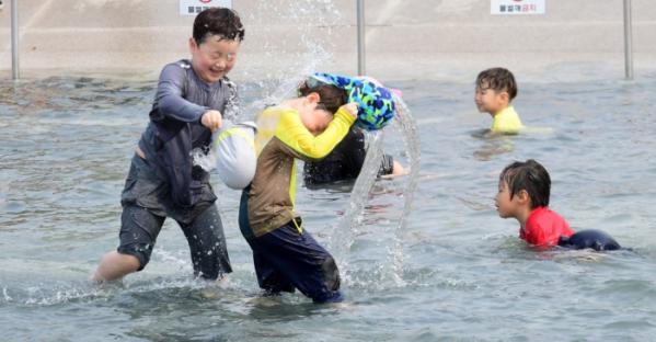 ▲한낮 최고기온이 30도까지 오르는 초여름 더위가 이어지는 가운데 12일 서울 여의도 물빛광장에서 어린이들이 물놀이를 즐기고 있다. 고이란 기자 photoeran@(이투데이DB)