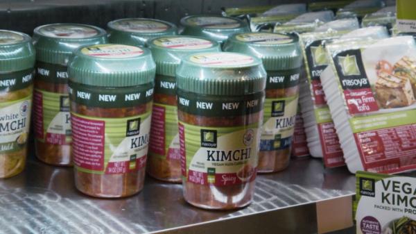 ▲미국 최대 유통매장 월마트에 입점하여 판매 개시한 풀무원 김치 제품(풀무원 제공)