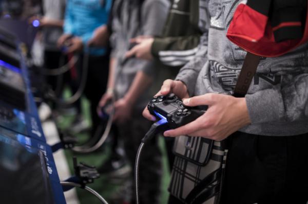 ▲지난 2017년 11월3일 프랑스 파리에서 열린 게임주간 행사에서 한 남성이 게임에 열중하고 있다. 세계보건기구(WHO)는 18일 강박적으로 비디오 게임에 몰두하는 게임 중독을 정신질환으로 분류한다고 밝혔다.(뉴시스)