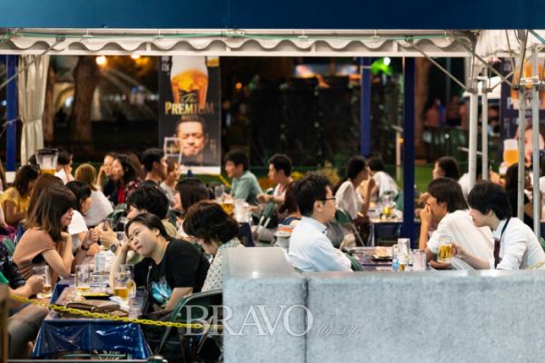 ▲삿포로 시의 명물인 비어가든을 즐기는 시민들.(이준호 기자 jhlee@)