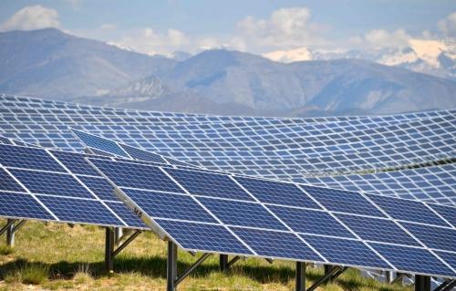 ▲프랑스 프로방스알프코트다쥐르 주에 있는 알프드오트프로방스에 설치된 태양광 패널. 200헥타르의 지역에 11만2000개의 태양광 패널이 설치돼 있다. 총 발전 규모는 100메가와트(MW)다. AFP연합뉴스