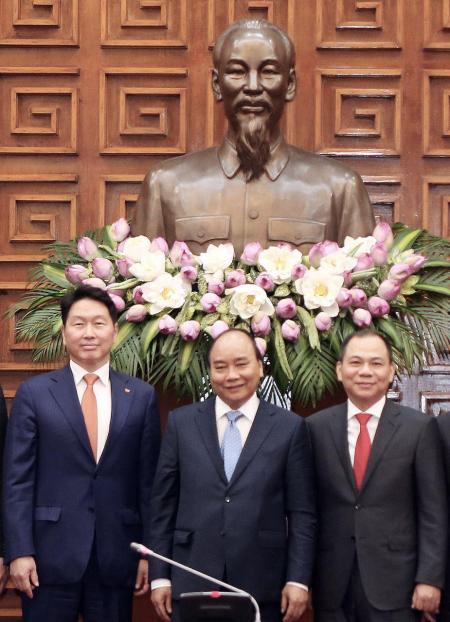 ▲최태원 SK그룹 회장(왼쪽)이 지난 5일 베트남 하노이 총리공관에서 응웬 쑤언 푹 베트남 총리(가운데), 팜 브엉 빈그룹 회장(오른쪽)을 만나 전략적 파트너십 강화를 협의했다.(사진제공=SK그룹)