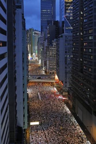 ▲홍콩에서 9일(현지시간) 범죄인 인도 법안 개정에 반대하는 시위를 벌이는 시민이 거리를 가득 메웠다. 주최 측은 이날 시위에 100만 명이 넘는 홍콩 시민이 참여했다고 밝혔다. 이는 홍콩이 1997년 중국에 반환된 이후 최대 규모 시위다. 홍콩/AP연합뉴스