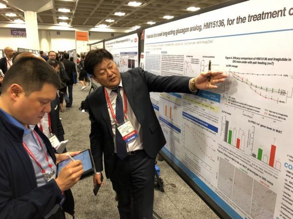 ▲제79회 ADA에 참석한 한미약품연구센터 최인영 상무가 LAPSGlucagon Analog의  주요 연구 결과에 대한 포스터 발표를 진행하고 있다. 한미약품 제공.