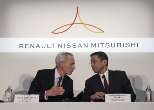 ▲장 도미니크 세나르(왼쪽) 르노 회장과 사이카와 히로토 닛산 사장 겸 최고경영자(CEO)가 3월 12일(현지시간) 일본 요코하마의 닛산 본사에서 르노·닛산·미쓰비시자동차 연합 이사회 회의를 마치고 기자회견을 하고 있다. 요코하마/AP뉴시스