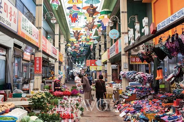 ▲공산성 아래에 있는 산성시장. 82년 역사를 자랑한다.(김혜영 여행작가)