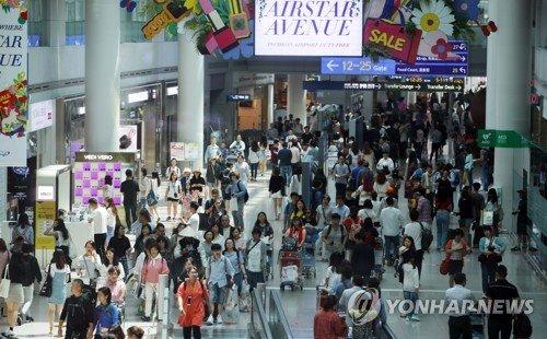 ▲여행객들로 붐비는 인천공항 면세점 전경.(연합뉴스)
