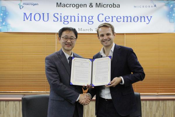 ▲마크로젠은 지난 3월 호주 장내 미생물 분석 기업 마이크로바와 전략적 업무 협력을 위한 MOU를 체결했다. 양갑석 마크로젠 대표(왼쪽)와 Blake Wills 마이크로바 대표가 MOU 체결을 기념하고 있다. 마크로젠 제공.