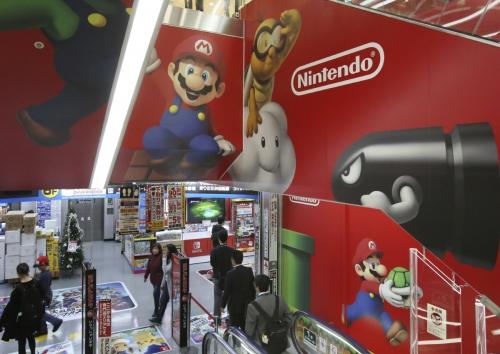 ▲일본 도쿄의 한 전자제품 매장에 닌텐도 로고와 주요 캐릭터들이 걸려 있다. 도쿄/AP뉴시스