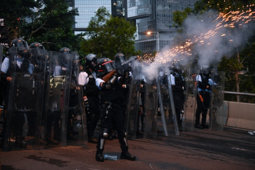 ▲홍콩 경찰이 12일(현지시간) 입법회의 건물 인근에서 시위대를 향해 최루탄을 발사하고 있다. 홍콩/EPA연합뉴스