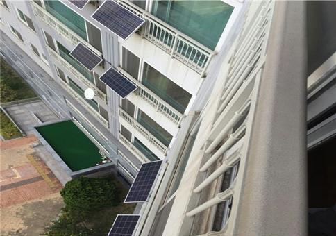 ▲신재생에너지 보급 확대를 위해 설치된 아파트 베란다형 미니태양광.(뉴시스)