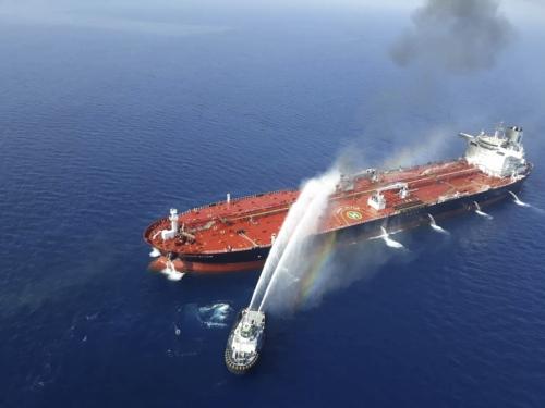▲중동 오만해에서 13일(현지시간) 이란 해군 선박이 피격 당한 유조선에 접근해 물을 뿌리고 있다. 오만해/AP뉴시스