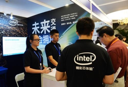▲중국 베이징에서 2017년 6월 12일(현지시간) 열린 5G 관련 회의 IMT-2020에서 참관객들이 인텔 부스를 방문하고 있다. 베이징/신화뉴시스