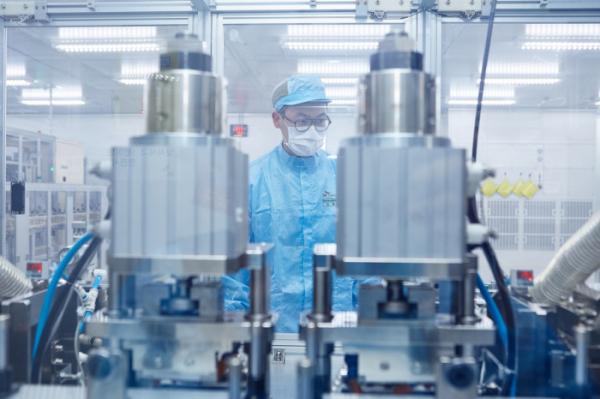 ▲SK이노베이션 배터리 셀을 생산하고 있는 엔지니어(사진 제공=SK이노베이션)