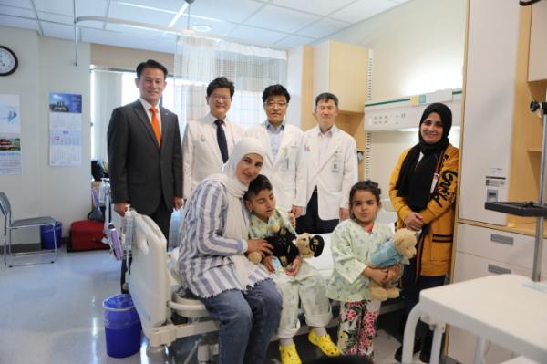 ▲대한항공 관계자 및 인하대병원 의료진이 레바논 소아 환자와 기념 촬영을 하고 있다. 사진제공 한진그룹