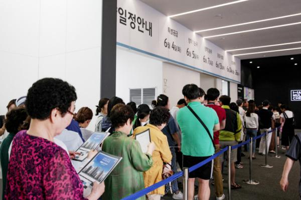 ▲'부개역 코오롱하늘채' 견본주택을 찾은 방문객들이 유니트를 둘러보기 위해 기다리고 있다(사진=코오롱글로벌)