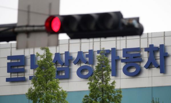 ▲지난 7일 부산 강서구 르노삼성자동차 공장 앞에 빨간 불이 켜있다. (연합뉴스)