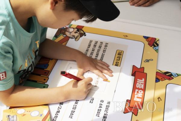 ▲악기를 기증하는 어린이(사진= 서동환 동년기자 )