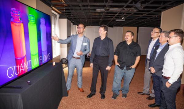 ▲디스플레이 업계 전문가들이 현지시간 11일 미국 뉴욕 맨해튼에서 열린 '8K 디스플레이 서밋'에서 삼성 QLED 8K TV로 8K 화질을 체험하고 있다.(사진제공 삼성전자)