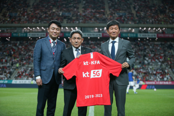 ▲KT 및 대한축구협회 관계자들이 'KT 5G'가 새겨진 유니폼을 들고 기념촬영을 하고 있다. (KT)