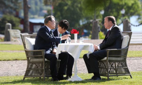 ▲스웨덴을 국빈방문 중인 문재인 대통령이 15일(현지시간) 오전 쌀트쉐바덴 그랜드 호텔에서 스테판 뢰벤 총리와 정상회담 전 환담하고 있다. (사진=연합뉴스)