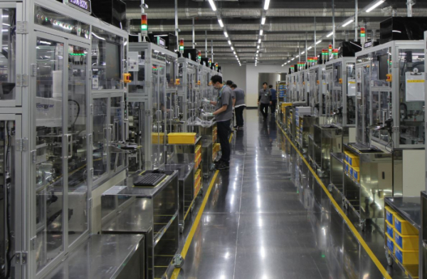 ▲삼성전기 부산사업장 MLCC 생산시설에서 작업자가 일하고 있다. (사진제공=삼성전기)