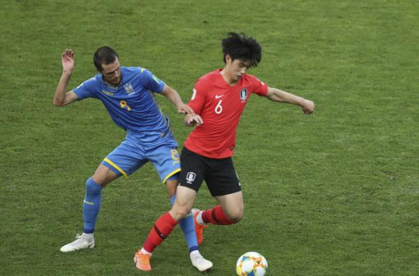 ▲김정민(오른쪽)이 15일(현지시간) 폴란드 우치의 우치 스타디움에서 열린 2019 국제축구연맹(FIFA) U20 월드컵 우크라이나와의 결승전에서 공을 다투고 있다.(AP/뉴시스)
