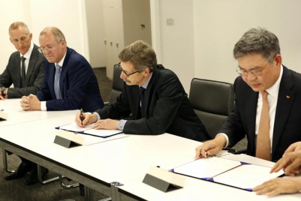 ▲SK건설은 17일 글로벌 화학 기업인 이네오스(INEOS)와 벨기에 앤트워프(Antwerp) 석유화학단지에 PDH(Propane Dehydrogenation) 플랜트 건설을 위한 FEED 계약을 체결했다고 18일 밝혔다. 사진은 안재현 SK건설 사장(왼쪽 네번째)과 거드 프랑켄 이네오스 올레핀∙폴리머 노스 회장(왼쪽 세번째)이 계약서에 서명하고 있는 모습(사진=SK건설)