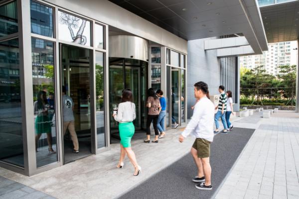 ▲대명그룹 임직원들이 자율 복장 도입 첫날 출근을 하고 있다(사진=대명그룹)