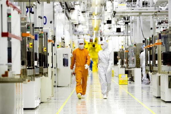 ▲삼성전자 클린룸 반도체 생산현장. 사진제공 삼성전자