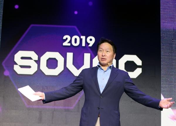 ▲최태원 SK회장이 지난달 28일 서울 광장동 그랜드워커힐 호텔에서 사회적 가치를 주제로 열린 국내 첫 민간축제 '소셜밸류커넥트 2019(Social Value Connect 2019, SOVAC)' 행사의 마무리 발언을 하고 있다. (사진 제공=SK)