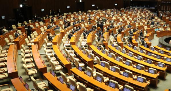 ▲24일 오후 국회 본회의가 열리기에 앞서 여야 의원들이 자유한국당 의원들이 참석하기를 기다리고 있다. (연합뉴스)