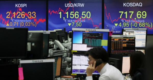 ▲G20 정상회담을 나흘 앞둔 24일 오후 서울 중구 KEB하나은행 딜링룸에서 딜러들이 업무를 보고 있다. (뉴시스)