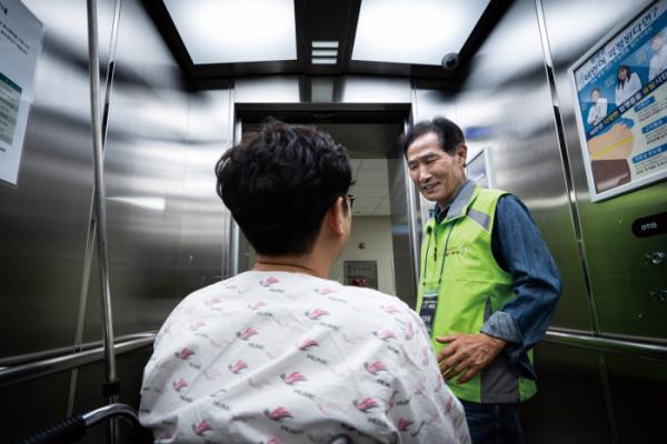"""▲엘리베이터나 중앙수술실 등이 김창원 씨가 환자를 만나 응원하는 주요 장소다. 그는 """"수많은 환자를 만나면서 사명감이 생겼다""""고 말했다.(이준호 기자 jhlee@)"""