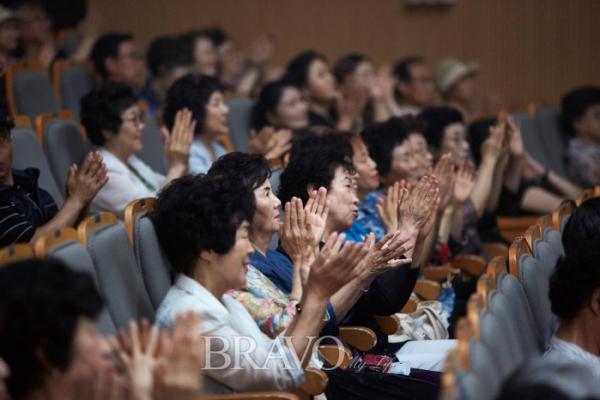 ▲객석에서 노래에 맞춰 박수를 치고있는 청중의 모습.(사진 오병돈 프리랜서 obdlife@gmail.com)