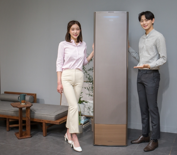 ▲삼성전자 모델이 냉방 성능과 디자인의 격을 한층 높여 완전히 새로워진 2019년형 '무풍에어컨'을 소개하고 있다. 사진제공 삼성전자