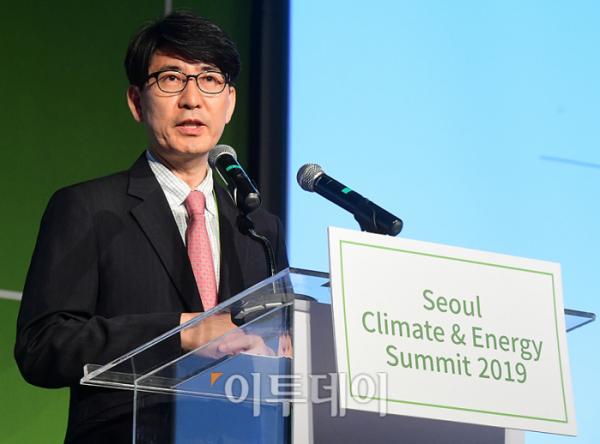 ▲조용성 에너지경제연구원장이 27일 서울 종로구 새문안로 포시즌스호텔서울에서 열린 '서울 기후-에너지 회의 2019'에서 '신기후체제의 지속가능한 에너지 전환 전략'을 주제로 발표하고 있다. '세계화 4.0과 신기후체제 대응 스마트시티 전략을 주제'로 재단법인 기후변화센터와 이투데이 미디어가 공동 주최한 이번 행사는 지속가능한 경제발전을 이끌어가는 스마트시티 및 기후-에너지 분야의 동향과 비전을 소개함으로써 지속가능한 경제 성장의 모멘텀 창출에 기여하기 위해 마련됐다. 고이란 기자 photoeran@