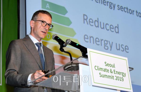 ▲안데르스 헥토르(Anders Hektor) 주한 스웨덴 대사관 과학혁신참사관이 27일 서울 종로구 새문안로 포시즌스호텔서울에서 열린 '서울 기후-에너지 회의 2019'에서 발표하고 있다. '세계화 4.0과 신기후체제 대응 스마트시티 전략'을 주제로 재단법인 기후변화센터와 이투데이 미디어가 공동 주최한 이날 회의는 지속가능한 경제발전을 이끌어가는 스마트시티 및 기후-에너지 분야의 동향과 비전을 소개함으로써 지속가능한 경제 성장의 모멘텀 창출에 기여하기 위해 마련됐다. 신태현 기자 holjjak@