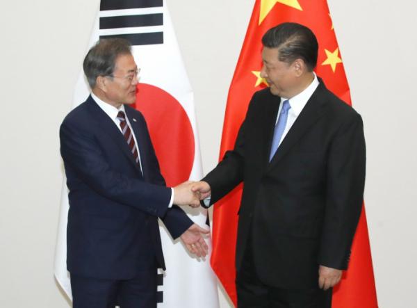 ▲G20(주요 20개국) 정상회의 참석차 일본을 방문한 문재인 대통령이 27일 오후 오사카 웨스틴호텔에서 시진핑 중국 국가주석과 회담하기에 앞서 악수하고 있다.(오사카/연합뉴스)