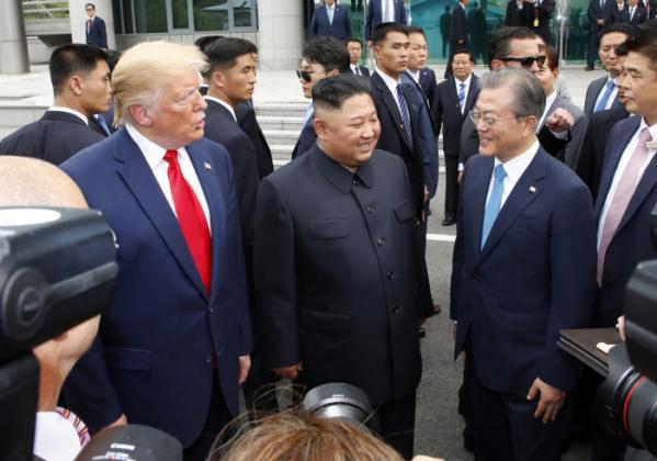 ▲문재인 대통령(오른쪽부터), 북한 김정은 국무위원장, 미국 도널드 트럼프 대통령이 6월 30일 판문점 남측 자유의 집 앞에서 만나 얘기를 나누고 있다.(연합뉴스)