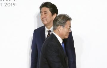 ▲일본 오사카에서 28일 열린 G20 정상회의 공식환영식에서 만난 일본 아베 신조 총리와 문재인 대통령.(뉴시스)
